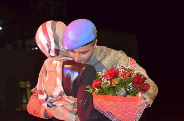 Askerden nişanlısına konserde sürpriz evlilik teklifi
