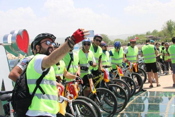 İranlı turistler Van'da pedal çevirdi