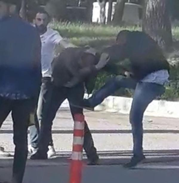 Fotoğraf çeken tacizciyi üniversiteliler darbetti