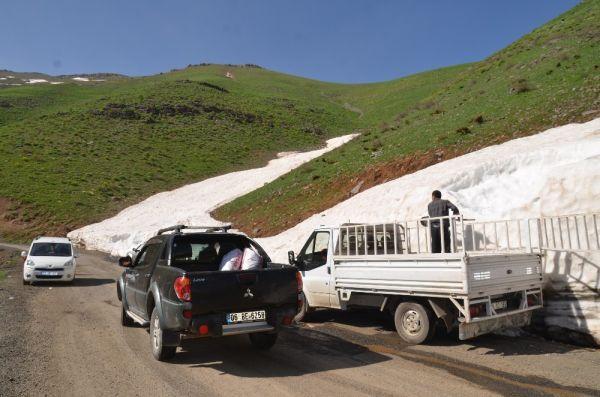 Şırnak'ta dağlardan kar toplayıp satıyorlar