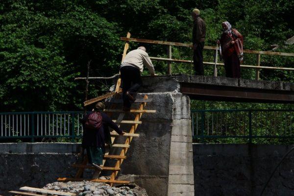 Sel sularının yıktığı köprüye ilkel yöntem