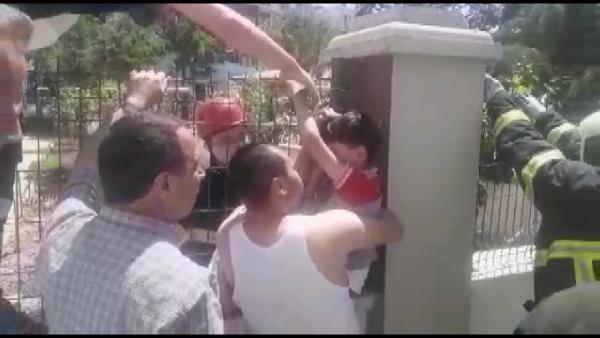 Tel çitlere eli saplanan çocuğa itfaiye yardım etti