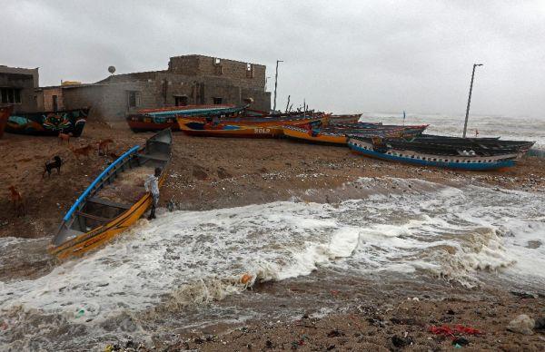 Hindistan'a yaklaşan kasırga sebebiyle 300 bin kişiye tahliye