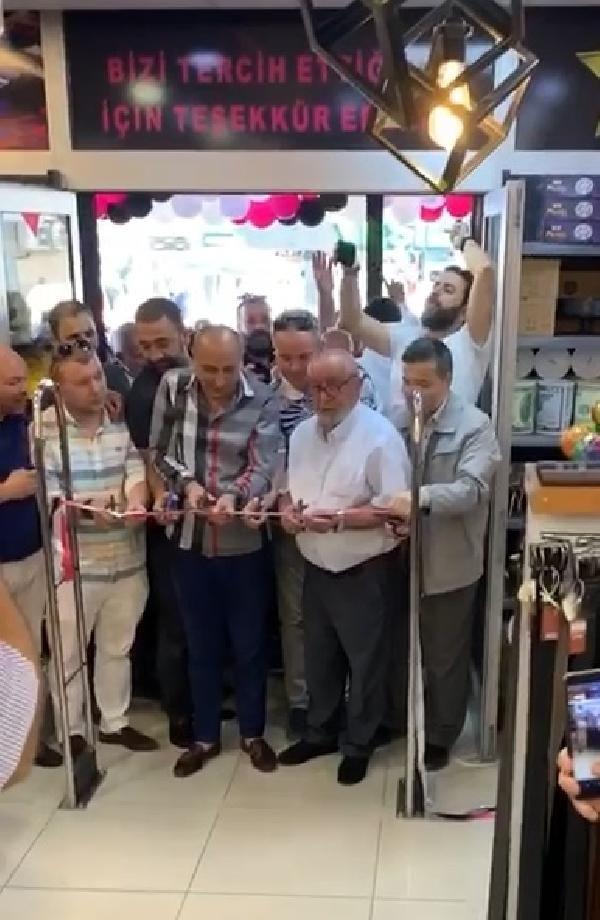 Bursa'da indirim yapan mağazaya akın ettiler