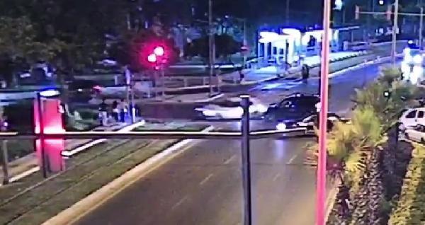 Kırmızı ışık ihlali yapan otomobil  3 yayaya çarptı