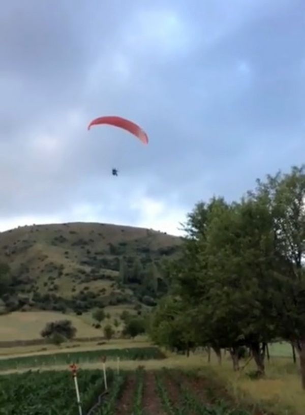 Paraşütçüyü gören gençlerin komik diyaloğu