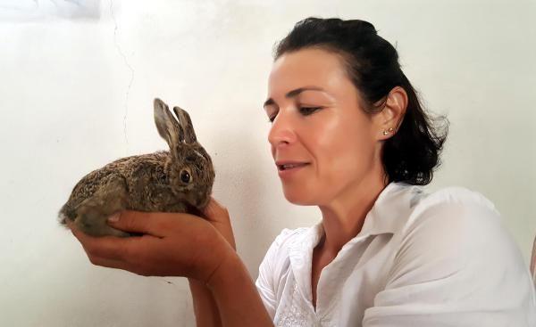 Hayatını kurtardığı tavşanı keçi sütüyle besliyor