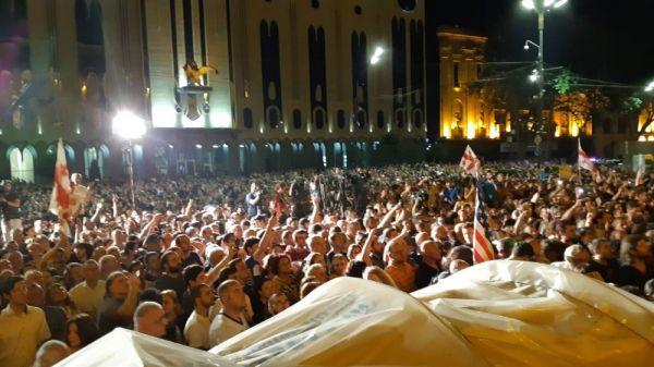 Gürcistan'da parlamento binası önünde büyük protesto