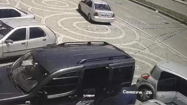 Para dolu çantayı çalan hırsızlar polisle çatıştı