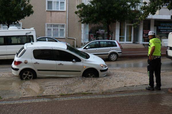 Kırşehir'de otomobil çöken yola düştü