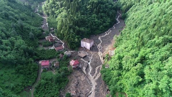 Araklı'da selde hasar gören okul yıkıldı