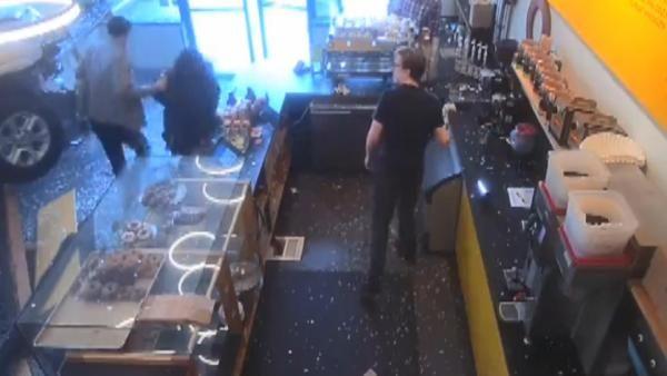 ABD'de cip kafeye daldı: 2 yaralı