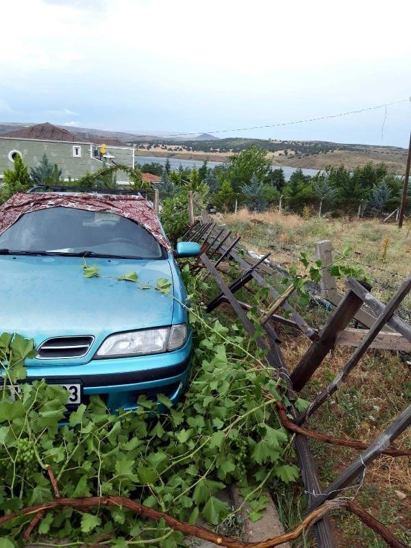 Kırıkkale'de fırtına çatıları uçurdu, ağaçları devirdi