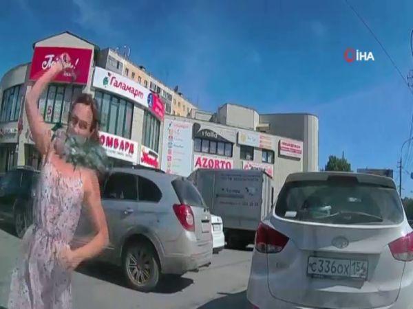 Rusya'da kadın sürücü otomobili çekiçle parçaladı