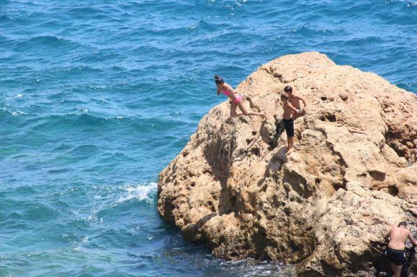 Antalya'da tehlikeli deniz keyfi yürekleri ağza getirdi