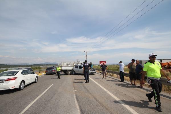 Balıkesir'de yol kenarındaki araca kamyonet çarptı: 4 yaralı