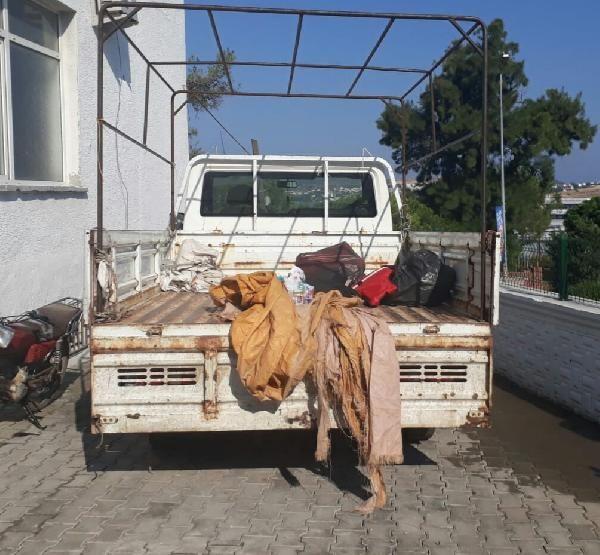 Kaçak göçmenleri kamyonette bırakıp kaçtı