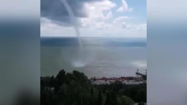 Karadeniz'de etkili olan hortum Soçi'yi vurdu