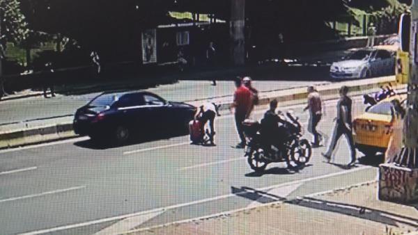 2 otobüsün arasında dalan motosikletli kaza yaptı