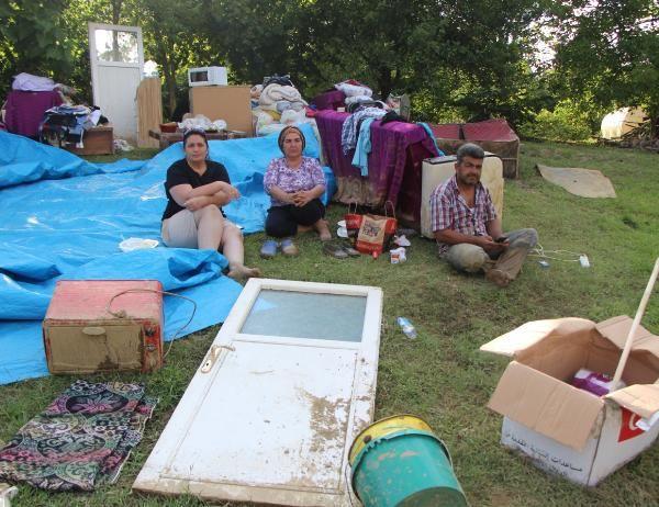 Selden kurtardıkları eşyalarla 3 gündür dışarıda yaşıyorlar
