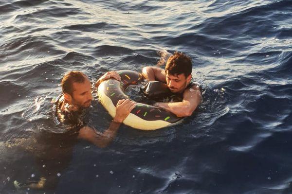 Yunanistan'a yüzerek gitmeye çalışırken yakalandılar