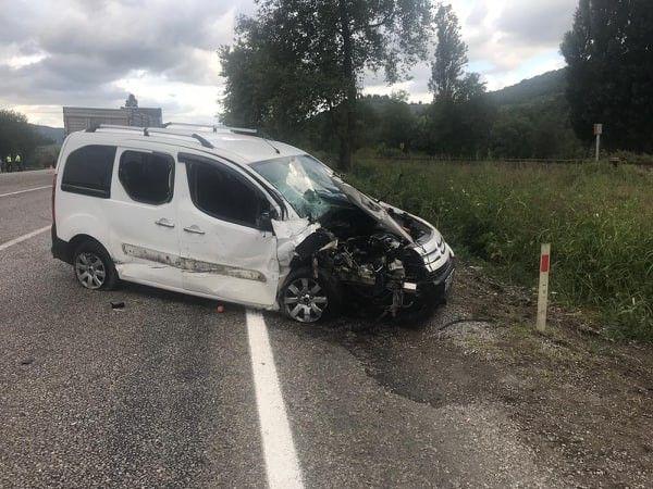Zonguldak'ta otomobil traktöre çarptı
