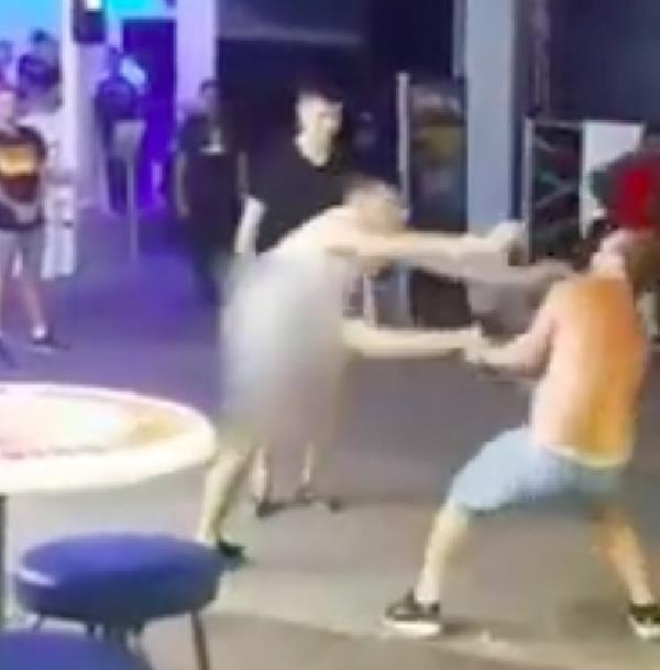 Ünlü eğlence bölgesinde turistler yumruklu kavgası