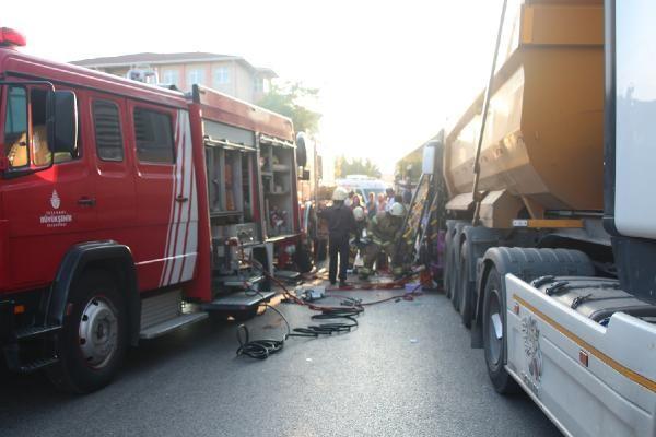 Sancaktepe'de halk otobüsü kamyona çarptı