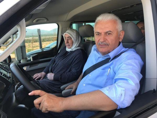 Binali Yıldırım, İstanbul-İzmir otoyolunda araba sürdü