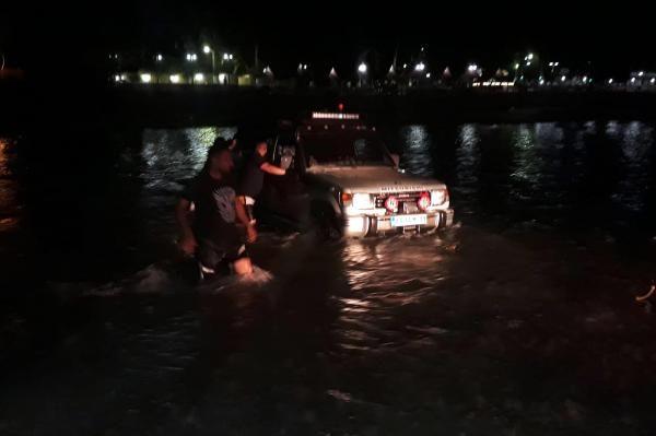 Mersin'de nehir yükselince mahsur kaldılar