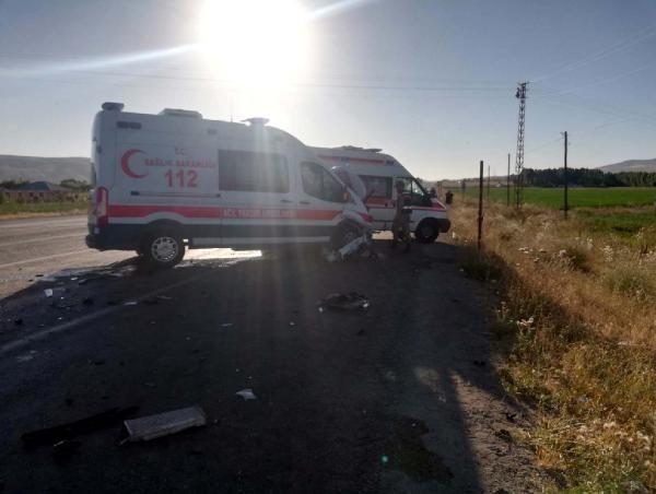 Van'da ambulans ile otomobil çarpıştı