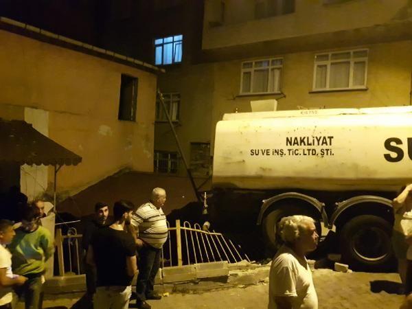 Geri geri kayan su tankeri bir evin çatısına çarptı