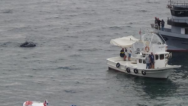 Sinop'ta yan yatıp karaya oturan tekne kurtarıldı