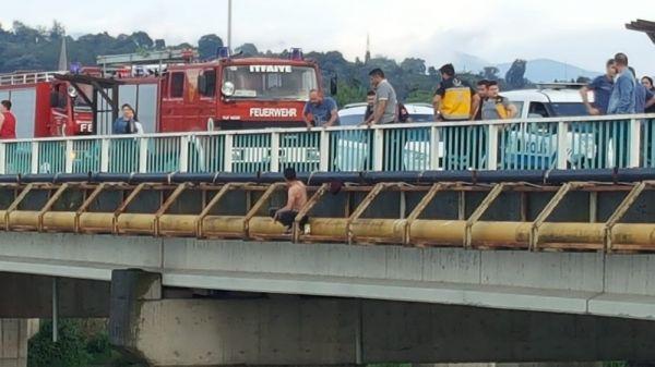 Eşine kızan adam kendini nehre attı
