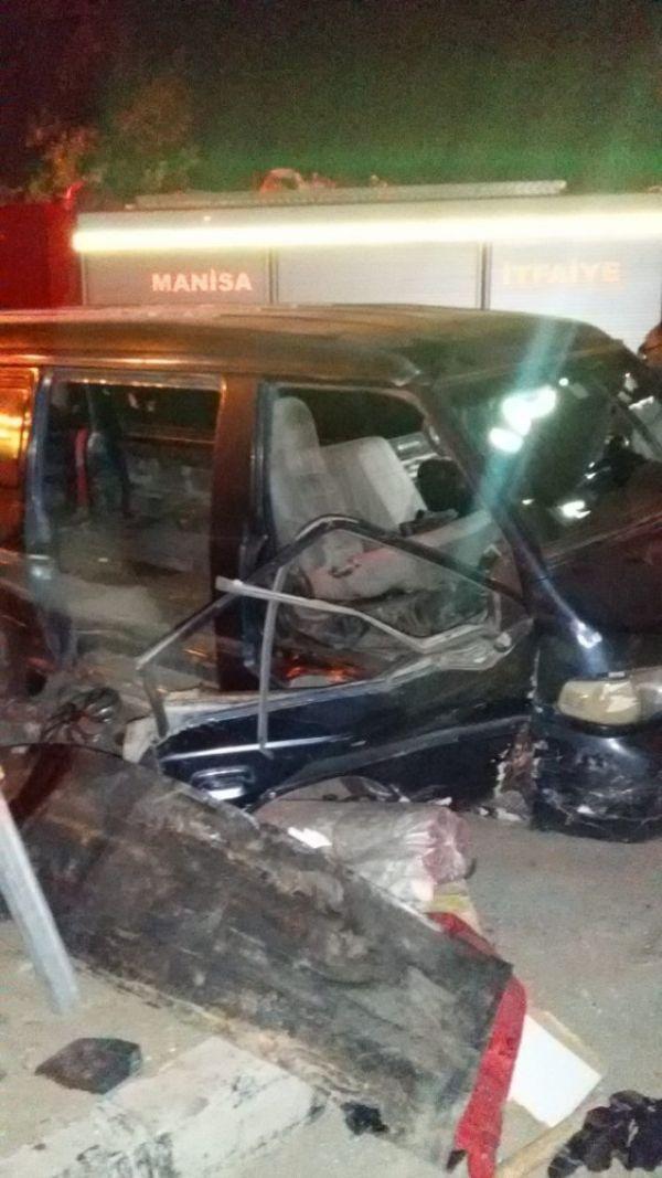 Manisa'da minibüs ile otomobil çarpıştı: 10 yaralı