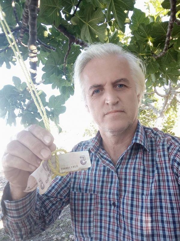 Bursa'da kopardığı incir için ağaca para astı