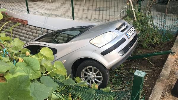 Kaza yapan otomobil hamakta yatan çocuğun üzerine düştü