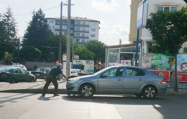 El freni çekilmeyen aracın önüne geçip eliyle durdurdu