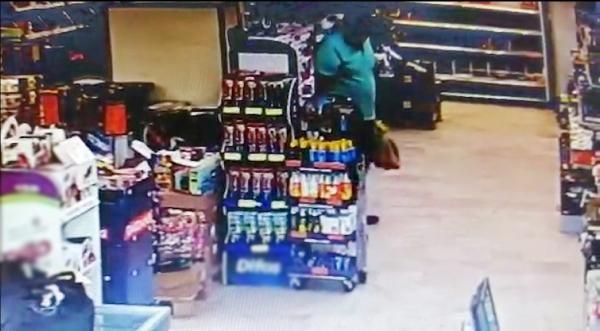 Alışveriş yaparken marketin ortasına tuvaletini yaptı