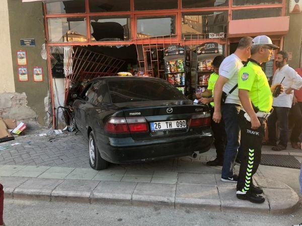 Eskişehir'de bir araç markete daldı