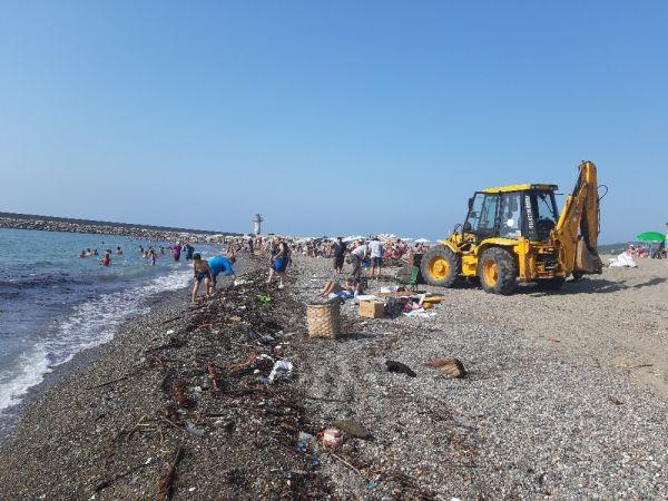 Zonguldak'ta sel sonrası fındıklar kıyıya vurdu