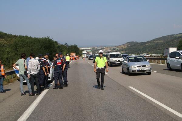 Sakarya'da otomobil tırın altında kaldı: 4 yaralı
