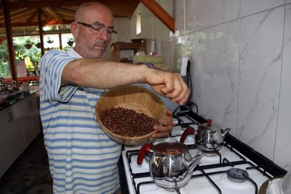 Düzce'de fındık kabuğundan çay yaparak satıyor