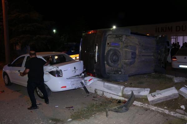 Kaçakları taşıyan araç, düğün salonunun otoparkına daldı