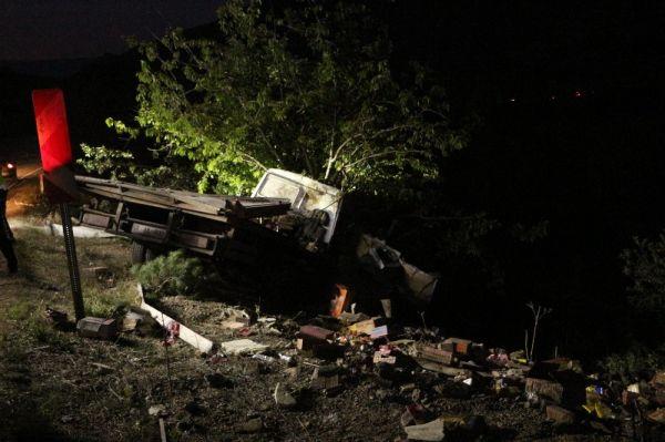 Tokat'ta kazada uçuruma yuvarlanan aracı, ağaç durdurdu
