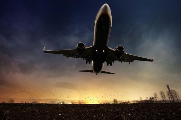 İtalya'da kaçırdıkları uçağın peşinden koştular