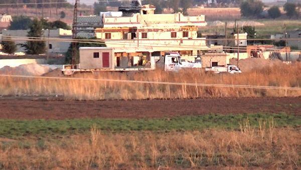 PKK/PYD'li teröristler hendek kazmayı sürdürüyor