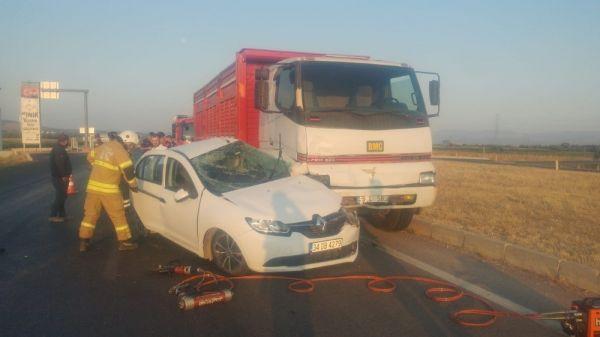 İzmir'de kamyon ve otomobil çarpıştı: 1 ölü, 3 yaralı