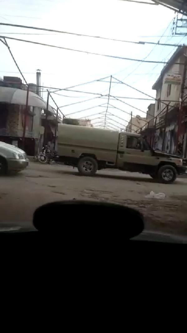 YPG'li teröristler caddeleri sacla kaplamaya başladı