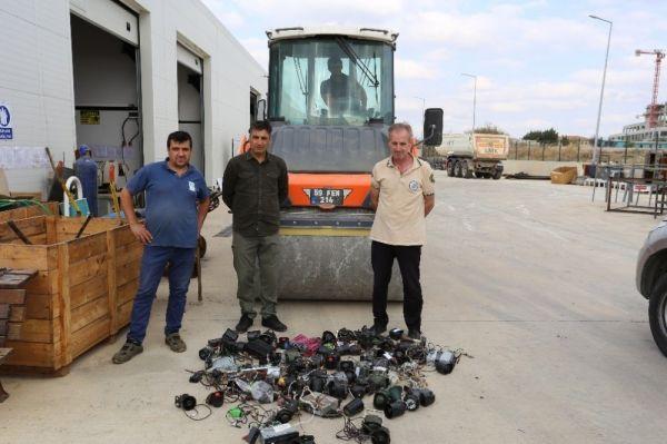 Kaçak avcılıkta kullanılan ses cihazları silindirle ezildi